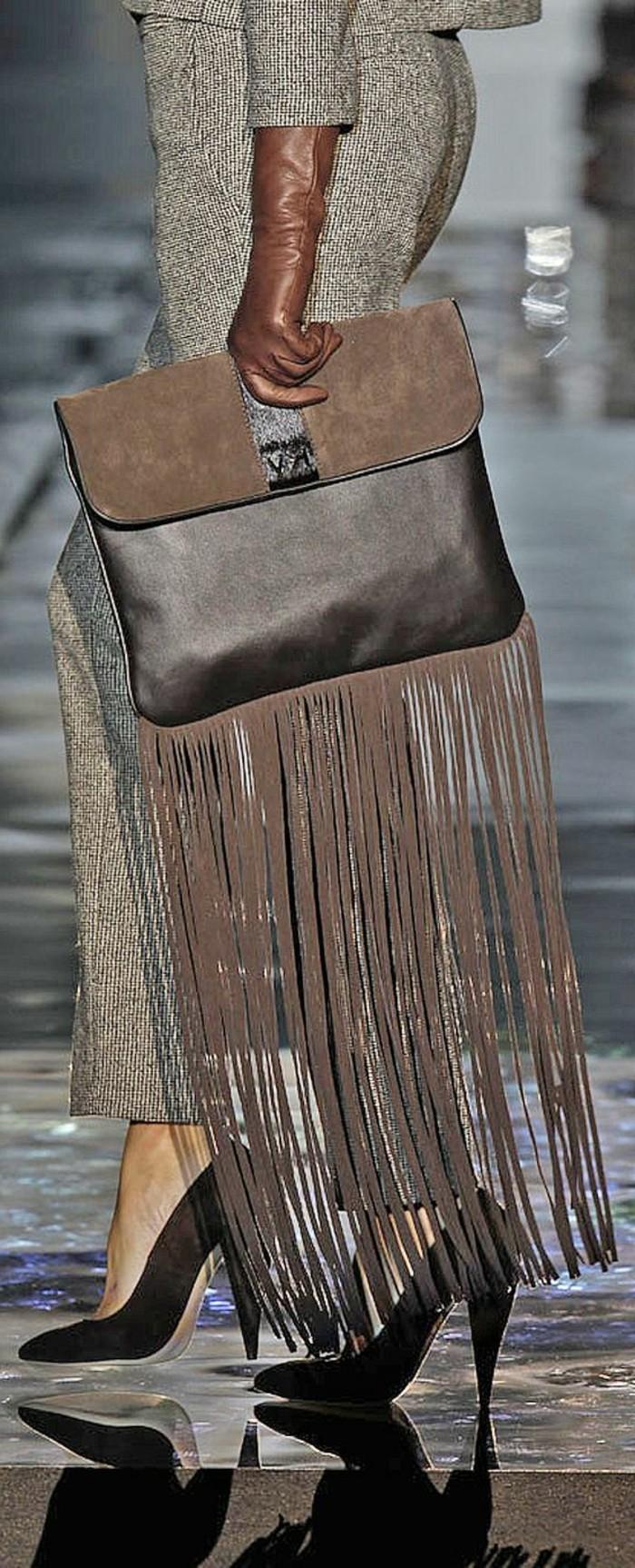attraktives-Modell-braune-Handtasche-mit-Fransen-von-Roberto-Verino