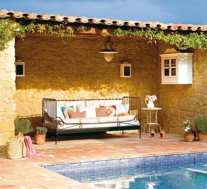 attraktives-design-terrassengestaltung-ideen-sitzbank-neben-dem-pool