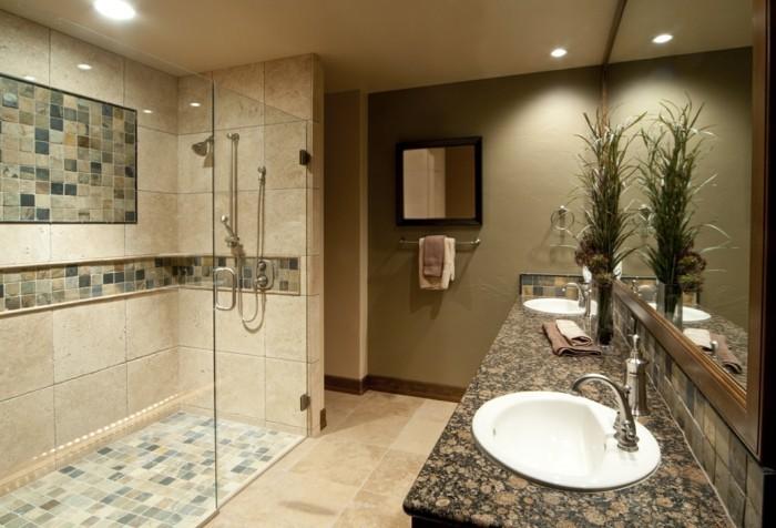 beige-farben-im-schönen-badezimmer-duschkabine-aus-glas