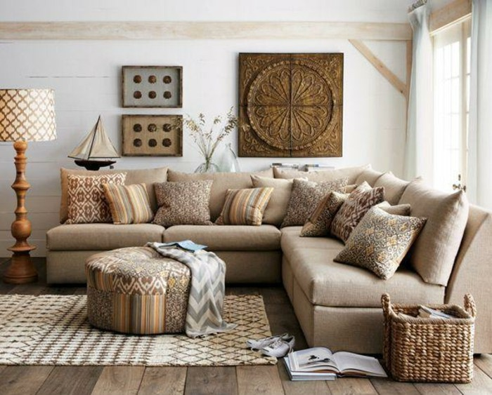 wohnzimmer braun beige: interessant wirkt ein dunkelbraunes Sofa mit hellen, beige Dekokissen