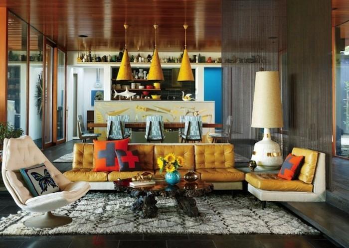 beige-wohnideen-fürs-wohnzimmer-bunte-elemente-schickes-sofa