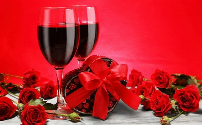 bilder-zum-valentinstag-zwei-elegante-weingläser-roter-hintergrund