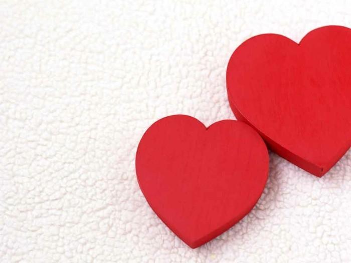 bilder-zum-valentinstag-zwei-rote-herzen-weißer-hintergrund