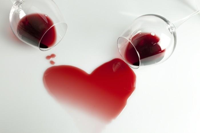 bilder-zum-valentinstag-zwei-unikale-schöne-weingläser-und-ein-herz-aus-dem-wein