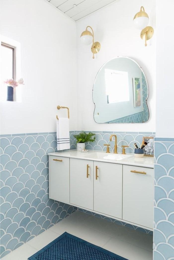 blaue-Wandfliesen-auf-dem-Wand-Unterteil-verlegen