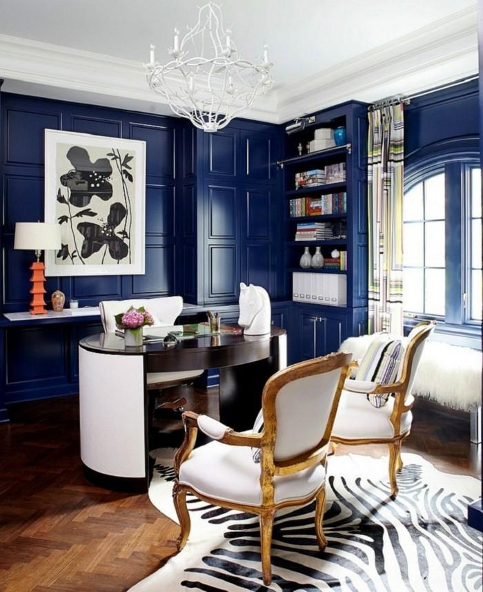 blaue-wangestaltung-und-antike-möbel-schöner-böroraum
