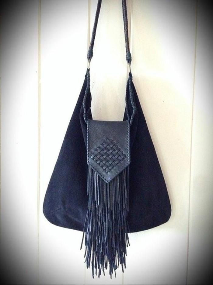 blaues-Modell-Handtasche-aus-Samt-mit-Fransen