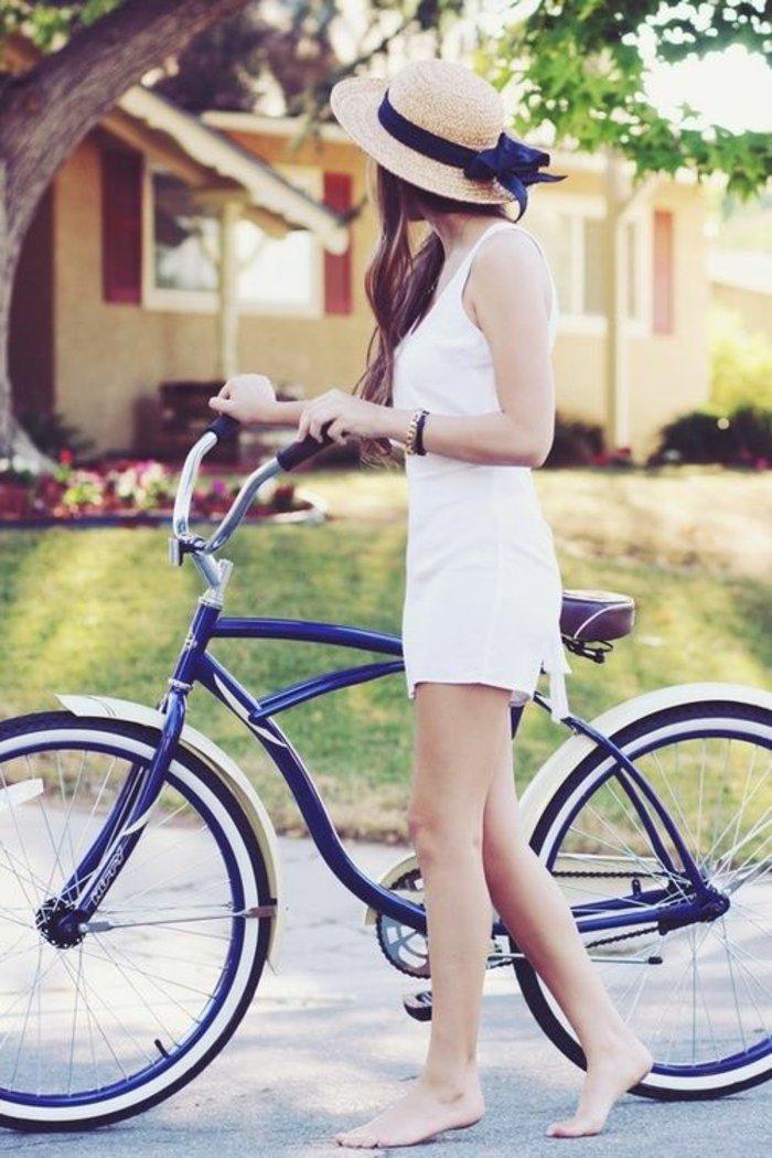 blaues-vintage-Fahrrad-Mädchen-mit-Hut