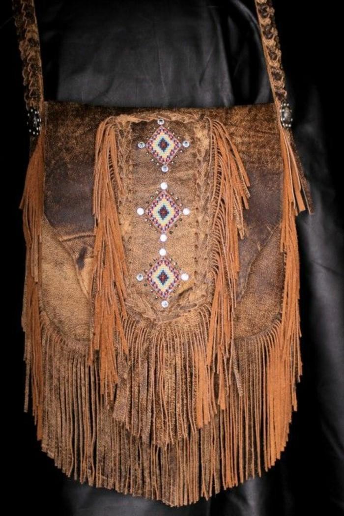 braune-Ledertasche-Damen-in-amerikanischem-Hippie-Boho-Stil