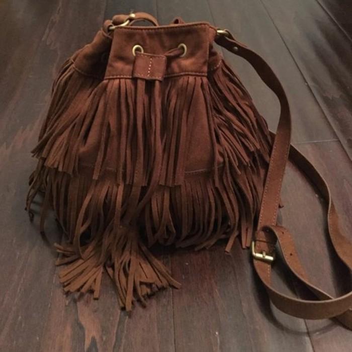 braune-Wildleder-Tasche-in-Boho-Stil
