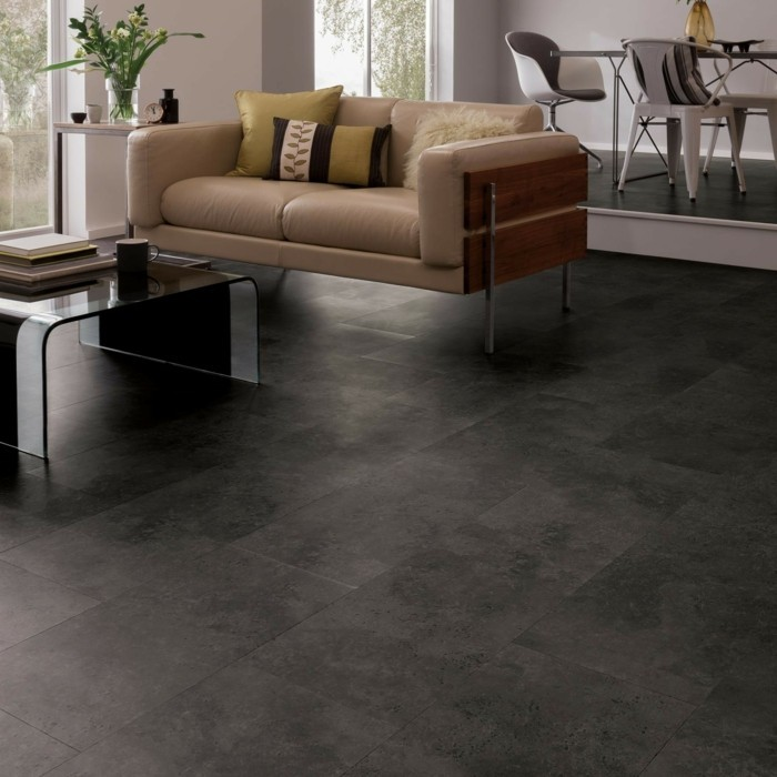 braunes-sofa-dekokissen-pvc-bodenbeläge-graue-gestaltung