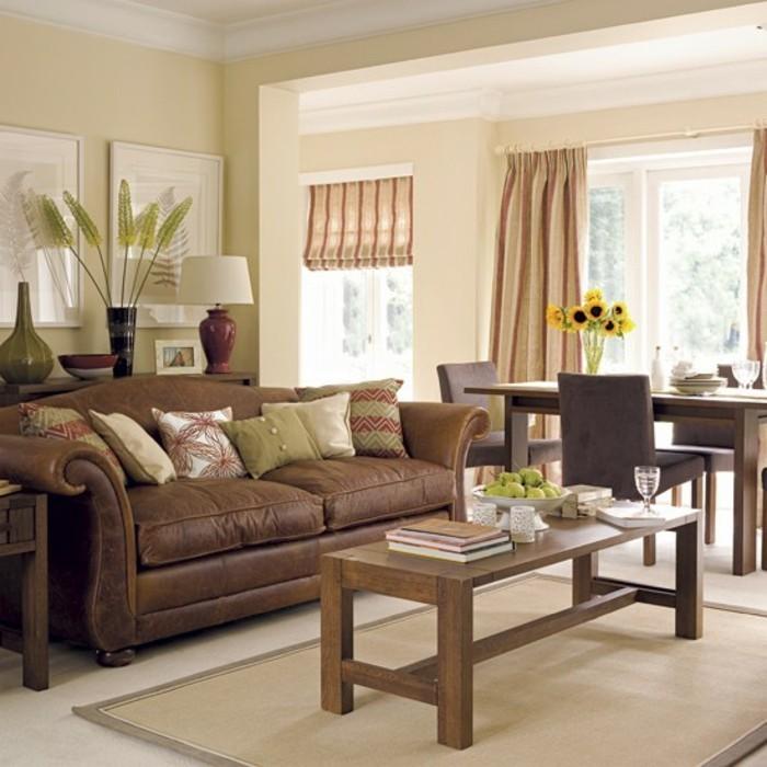 wohnzimmer braun beige:braunes-sofa-und-schicke-gardinen-beige-wandfarbe-fürs-wohnzimmer