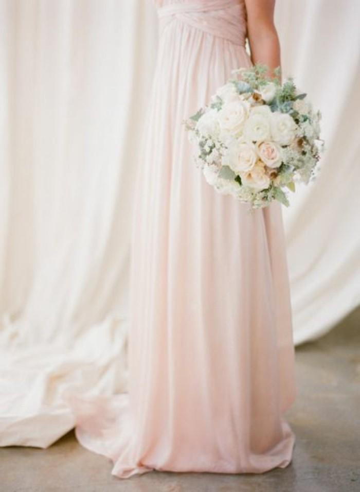 brautkleid-in-rosa-und-brautstrauß