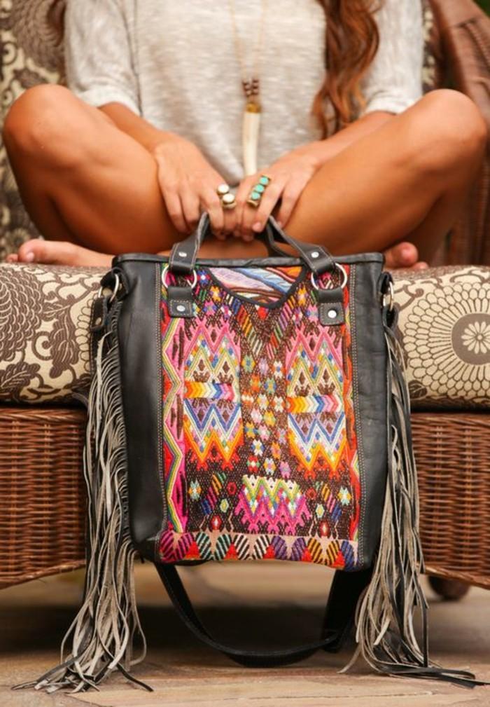 bunte-Boho-Damentasche-mit-schwarzen-Fransen