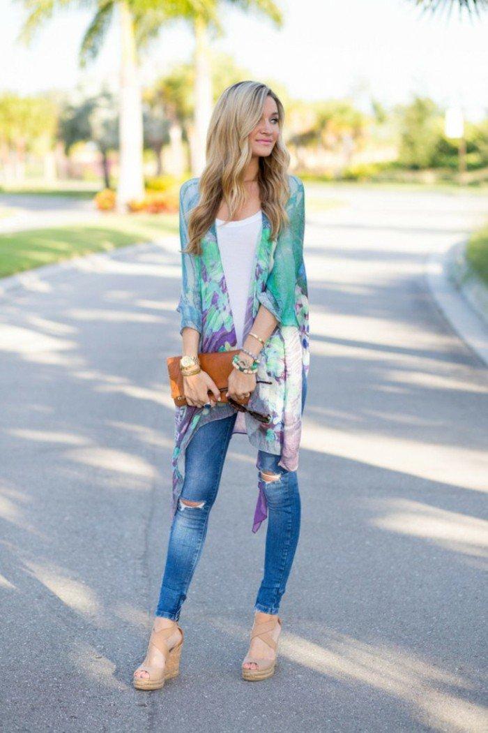 bunte-Damen-Jacke-mit-floralen-Motiven