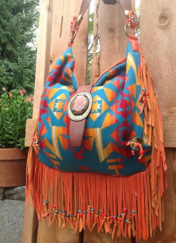 bunte-Handtasche-aus-Wolle-mit-vintage-Dekoration