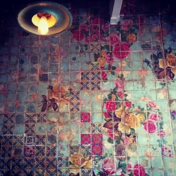 bunte-Wandfliesen-mit-floralen-Motiven-für-Boho-Badezimmer-Interieur