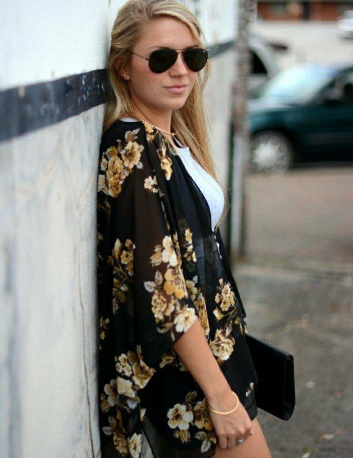 buntes-Modell-Kimono-mit-floralen-Motiven