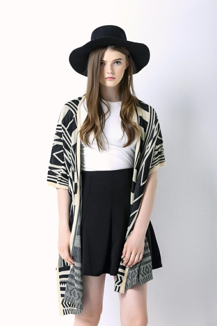 coole-Damen-Jacke-in-Schwarz-und-Weiß-mit-geometrischen-Figuren