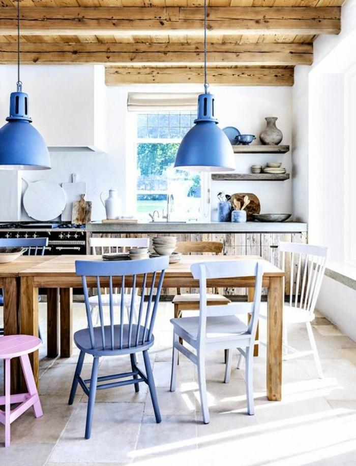coole-Esszimmer-Gestaltung-rustikaler-Tisch-aus-Treibholz-lila-rosa-vintage-Esszimmerstühle-industrielle-Leuchten