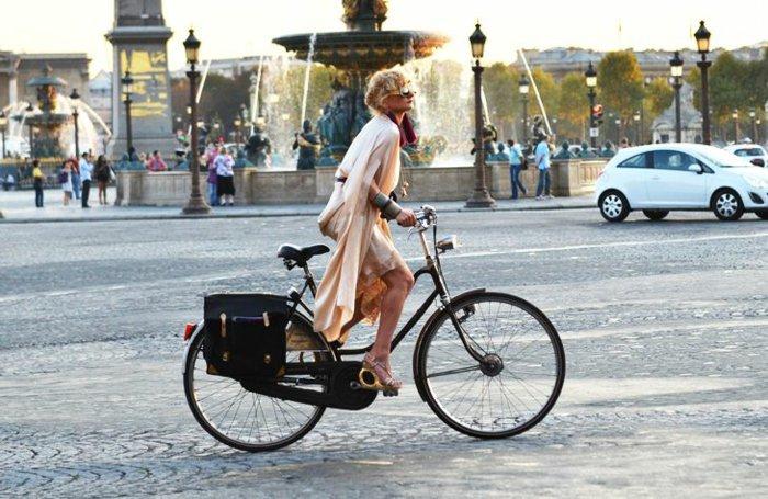 cooles-Foto-Spaziergang-mit-Fahrrad-durch-die-Stadt