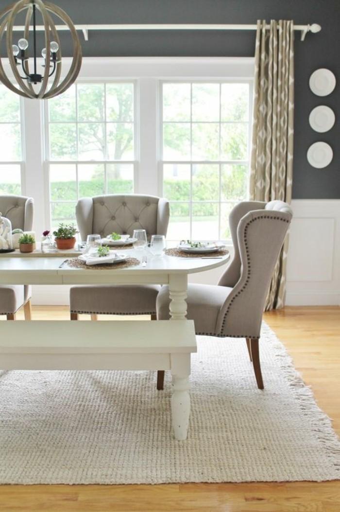 cooles-Interieur-feine-Gardinen-graue-Sessel-weiße-Sitzbank