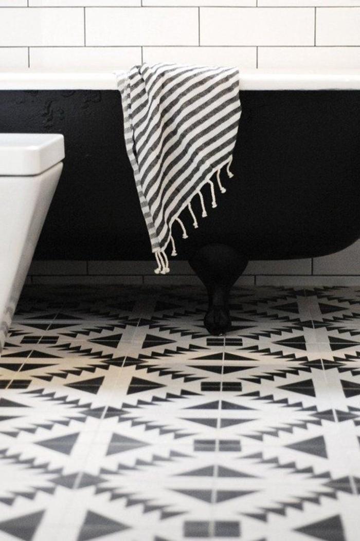 cooles-schwarz-weißes-Badezimmer-Interieur