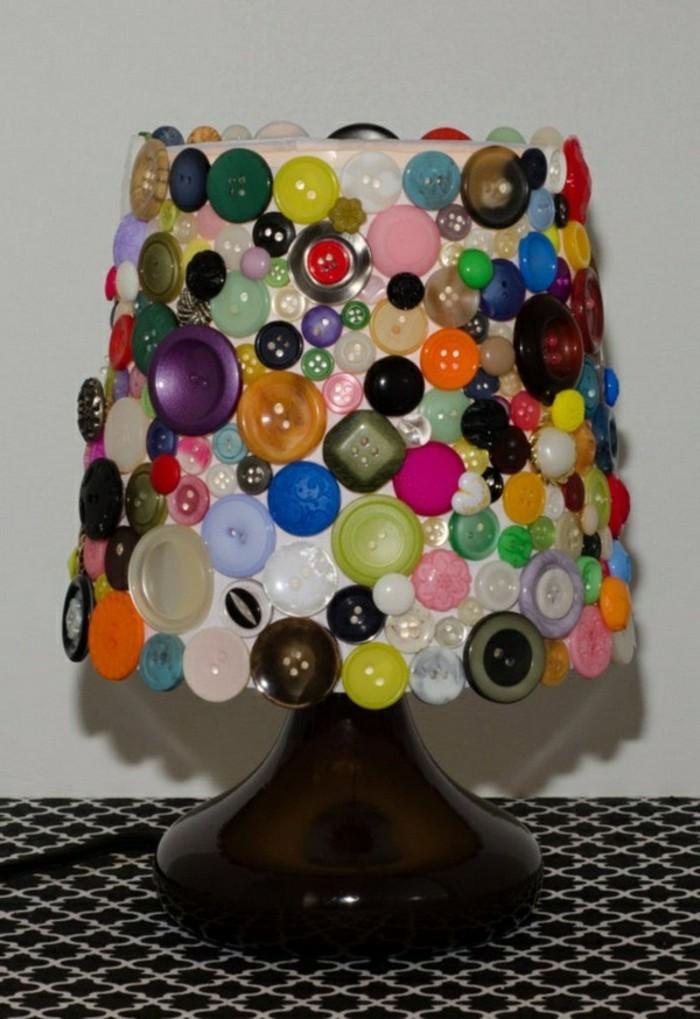 deko-bastelideen-bunte-tolle-knöpfe-lampenschirm-interessante-nachttischlampe