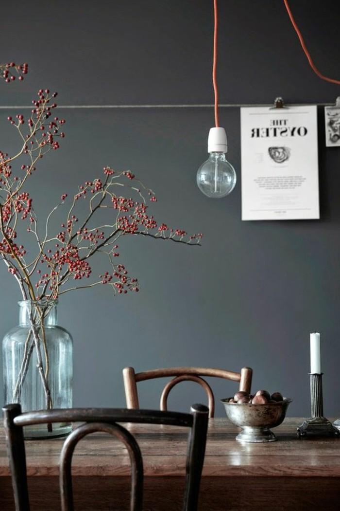 dunkle-Esszimmer-Gestaltung-einfache-hölzerne-Möbel