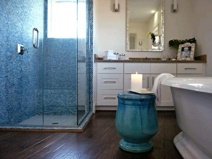 duschwand-aus-glas-schöne-blaue-farbe-im-modernen-badezimmer