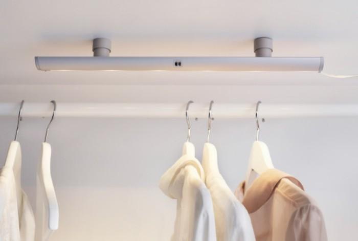 effektvolle-integrierte-beleuchtung-im-kleiderschrank-im-schönen-schlafzimmer