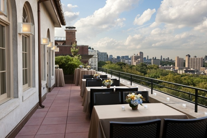 effektvolle-terrasse-gestalten-schönes-ambiente-und-moderne-möbel
