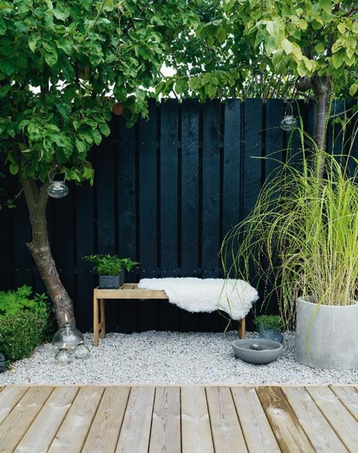 einfache-Holzbank-Garten-dekorative-Steine-Baum