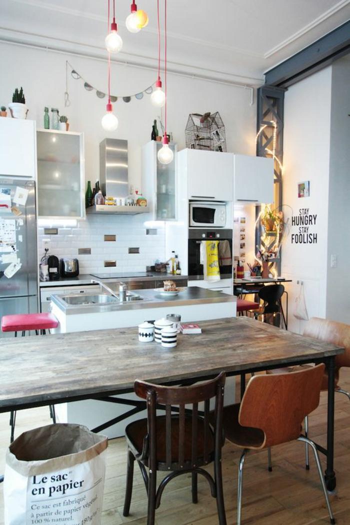 eklektische-Küchen-Gestaltung-verschiedenartige-Küchenstühle