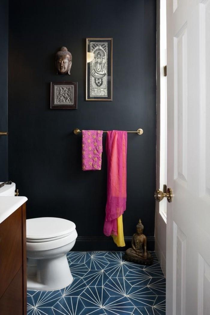 eklektisches-Badezimmer-Interieur-schwarze-Wände-Buddha-Figuren-als-Dekoration-Tücher-in-grellen-Farben-blaue-geometrische-Bodenfliesen-Badezimmer-Fliesen-Modell