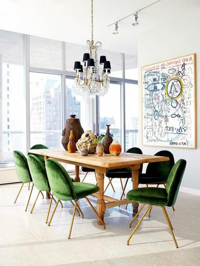 eklektisches-Esszimmer-Interieur-bequeme-grüne-Stühle