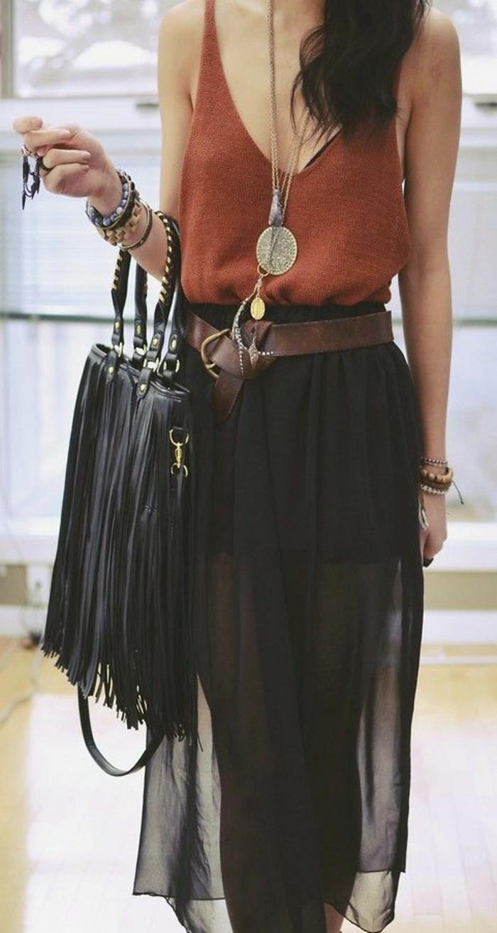 elegante-Kleider-kombiniert-mit-stilvoller-schwarzen-Tasche-mit-langen-Fransen