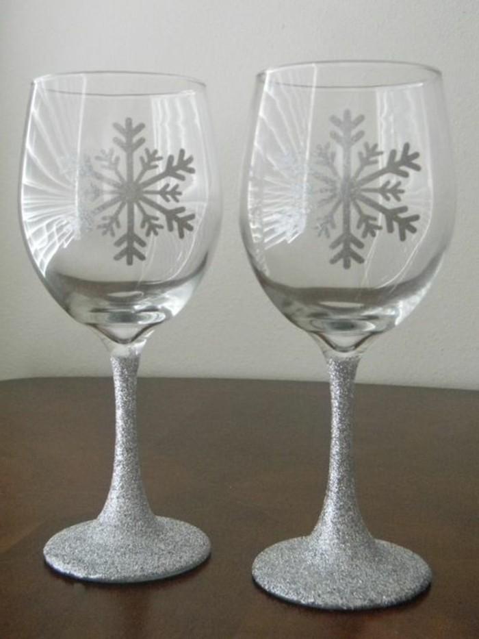 elegante-Rotweingläser-mit-silberner-Dekoration-Glitzer-Schneeflocken-Formen