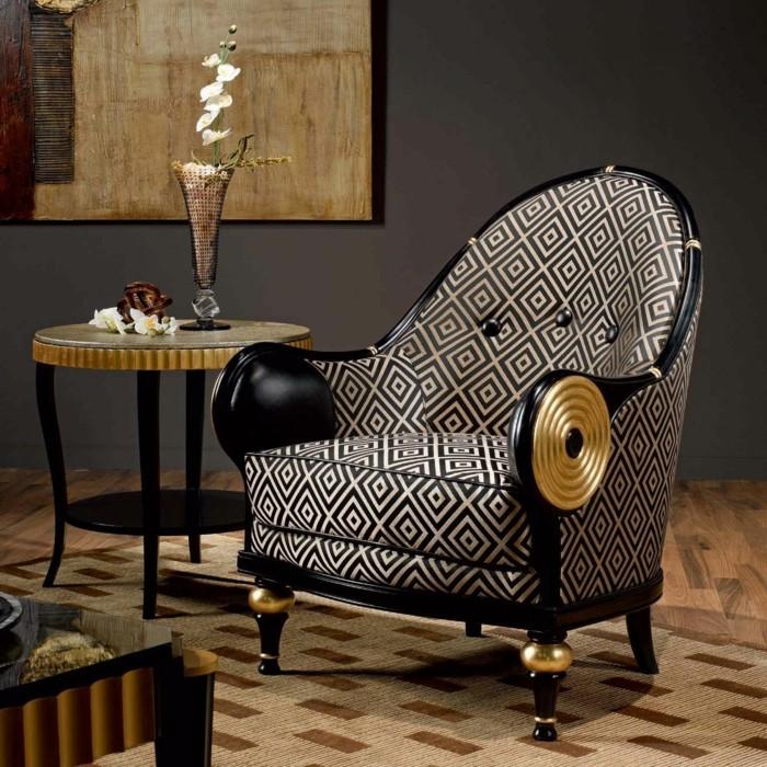eleganter-grauer-sessel-und-bild-an-der-wand-antike-möbel