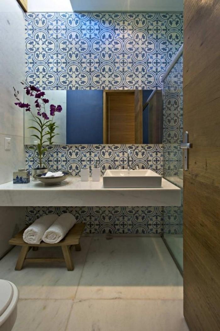 elegantes-Badezimmer-Interieur-fantastische-Wandfliesen-mit-floralen-Motiven