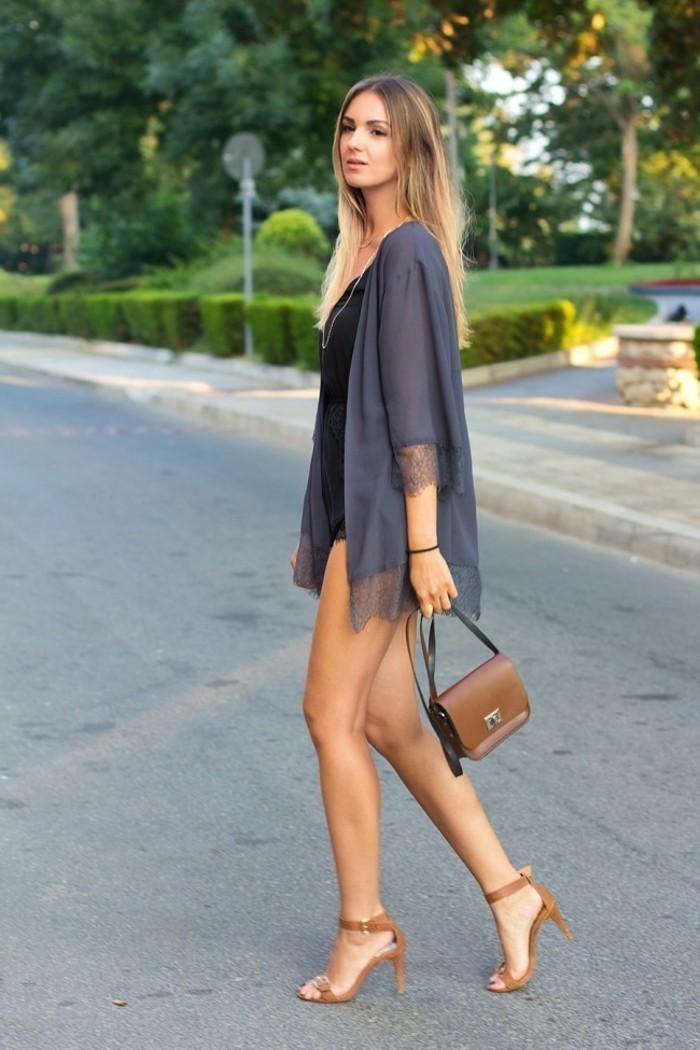elegantes-Modell-Damen-Jacke-in-Grau-aus-Satin-mit-Spitze