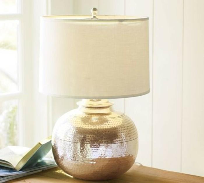 elegantes-design-nachttischlampe-in-silber-und-weiß