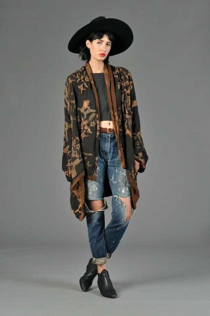elegantes-geenwärtiges-Modell-Kimono-kombiniert-mit-Jeans