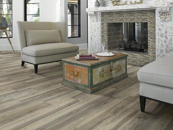 elegantes-modell-wohnzimmer-vinyl-laminat-bodenbelag-und-weiße-sofas