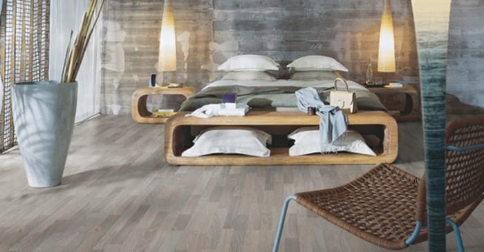 elegantes-schlafzimmer-mit-einem-großen-bett-und-pvc-boden