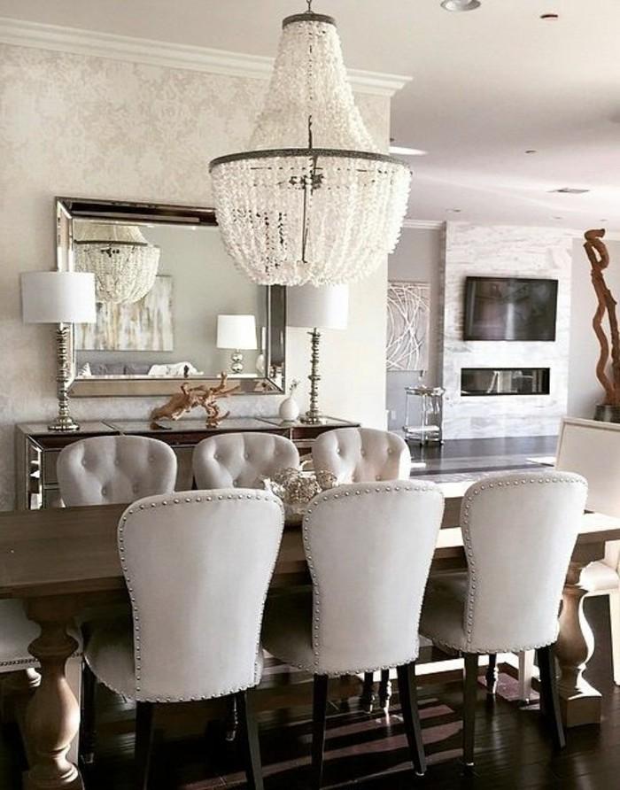 exquisites-Esszimmer-Interieur-Kristall-Kronleuchter-hellgraue-Sessel