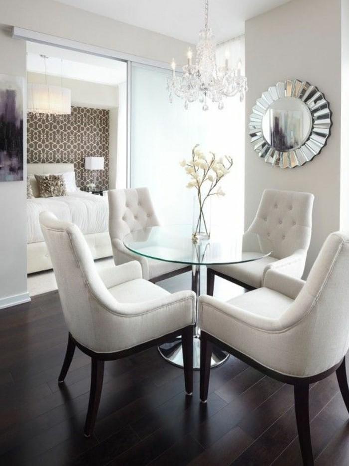 exquisites-Interieur-fantastische-bequeme-weiße-Sessel