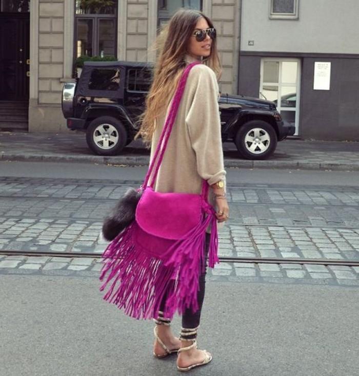 extravagante-Handtasche-in-greller-Zykalmen-Farbe-Modell-mit-langen-Fransen