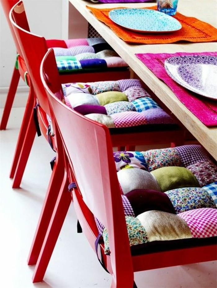 extravagante-Idee-farbige-Esszimmermöbel-rote-Stühle-mit-Patchwork-Polstern