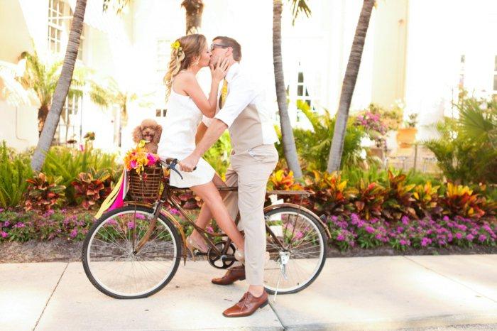 fantastische-Idee-Spaziergang-mit-retro-Fahrrad